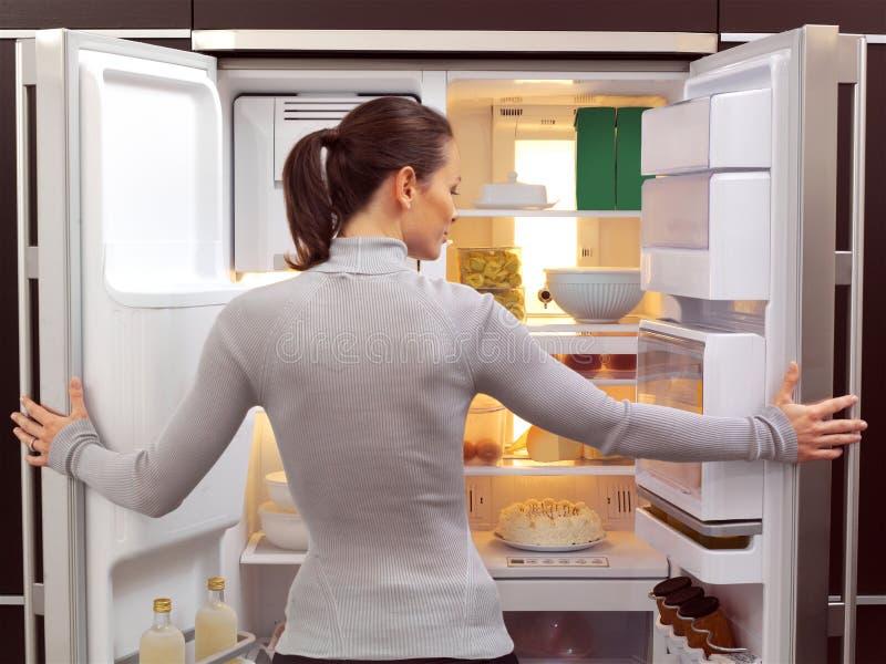 Kvinna som söker efter något att äta royaltyfri fotografi