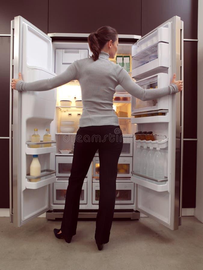 Kvinna som söker efter något att äta arkivfoton