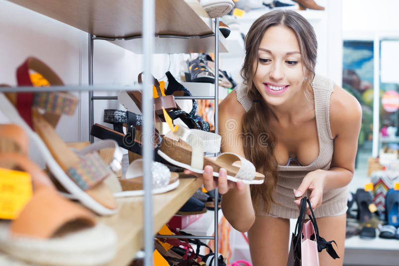 Kvinna som söker nya skor fotografering för bildbyråer