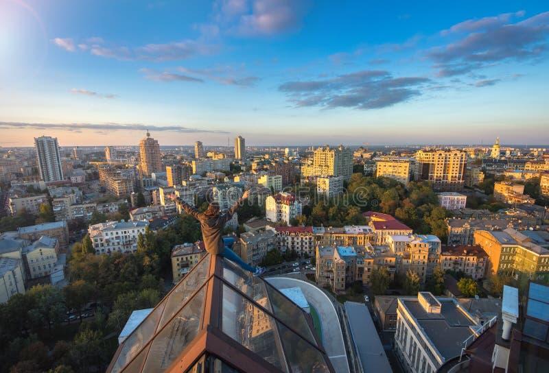 Kvinna som seatting på taket på den moderna byggnaden i Kiev, Ukraina royaltyfria foton