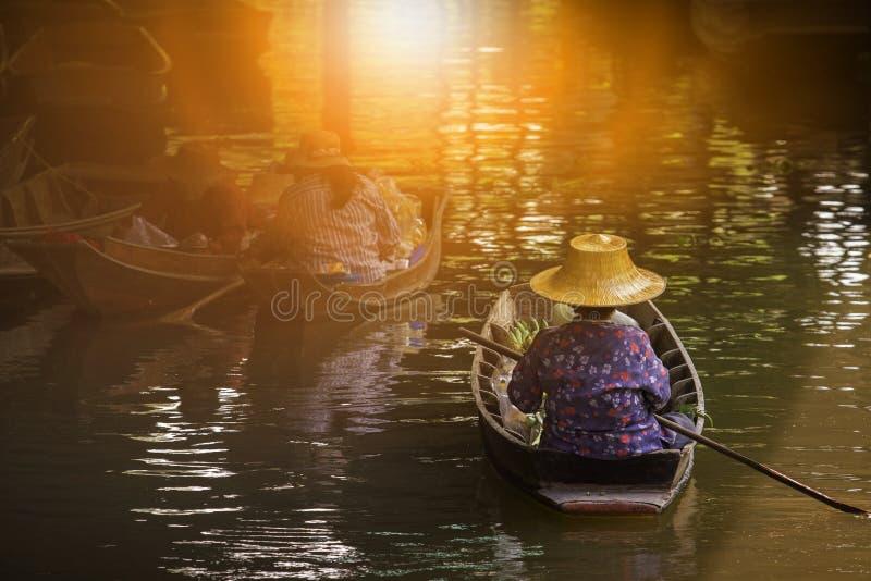 Kvinna som seglar det thai handelfartyget, i att sväva maket mest populär t royaltyfria bilder