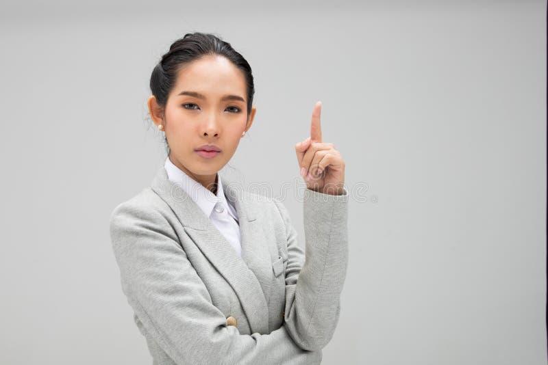 Kvinna som ser en id? och pekar till v?nster sidakopieringsutrymme royaltyfria foton
