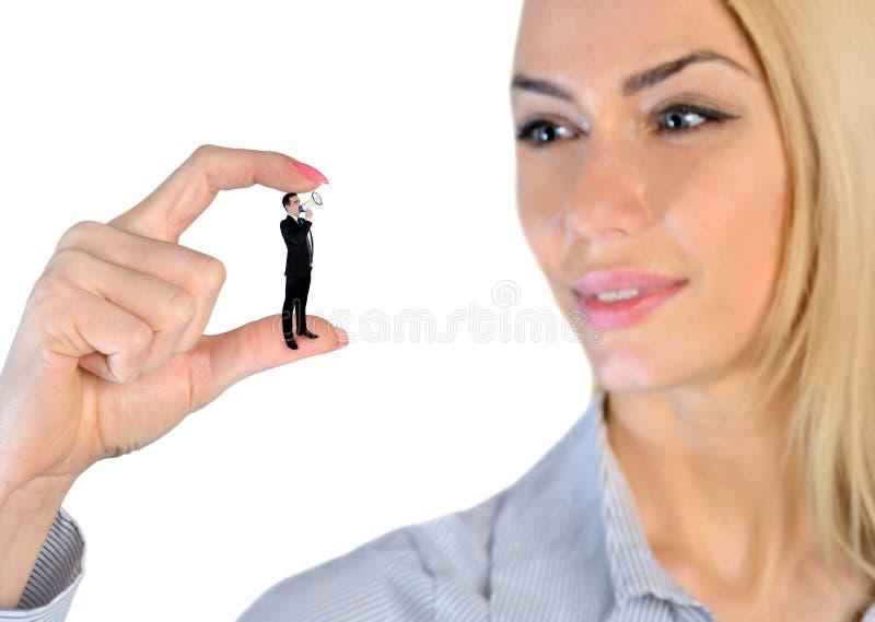 Kvinna som ser förbluffad på liten man royaltyfria bilder