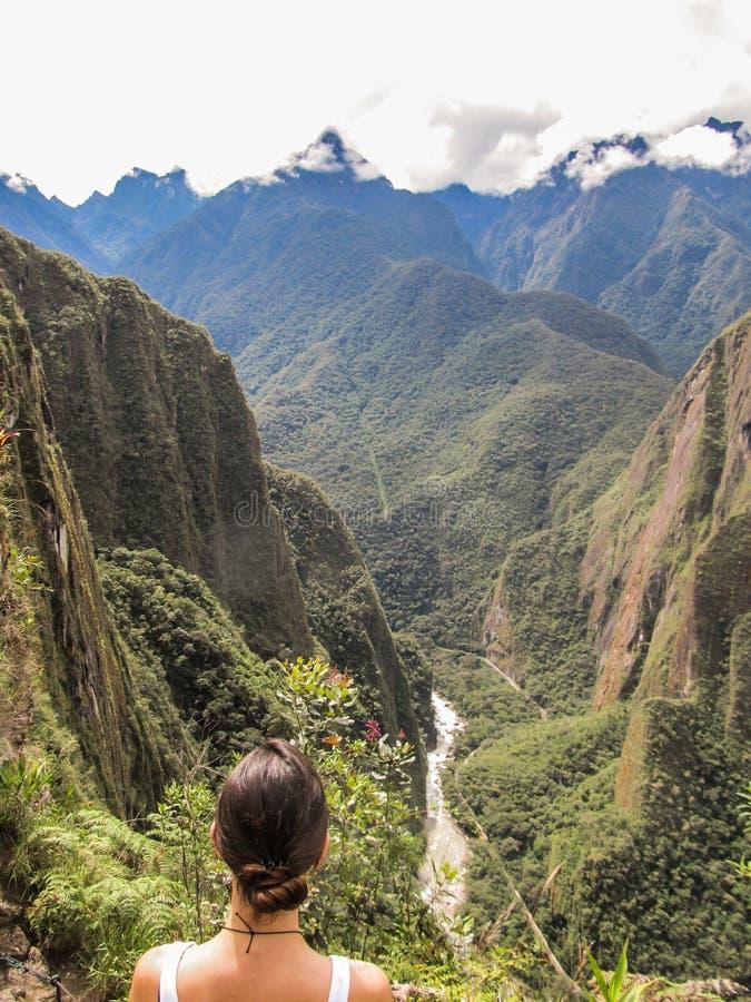 Kvinna som ser floden Urubamba på en fotvandra bana i Machu Picchu royaltyfria foton