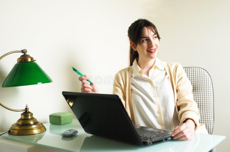 Kvinna som ser i väg från datorskärmen arkivbilder