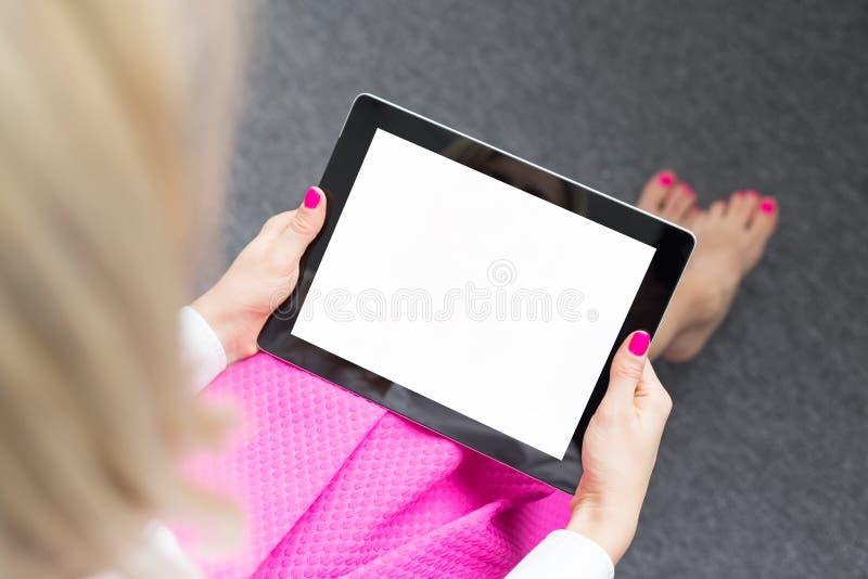 Kvinna som ser minnestavladators skärm royaltyfria foton