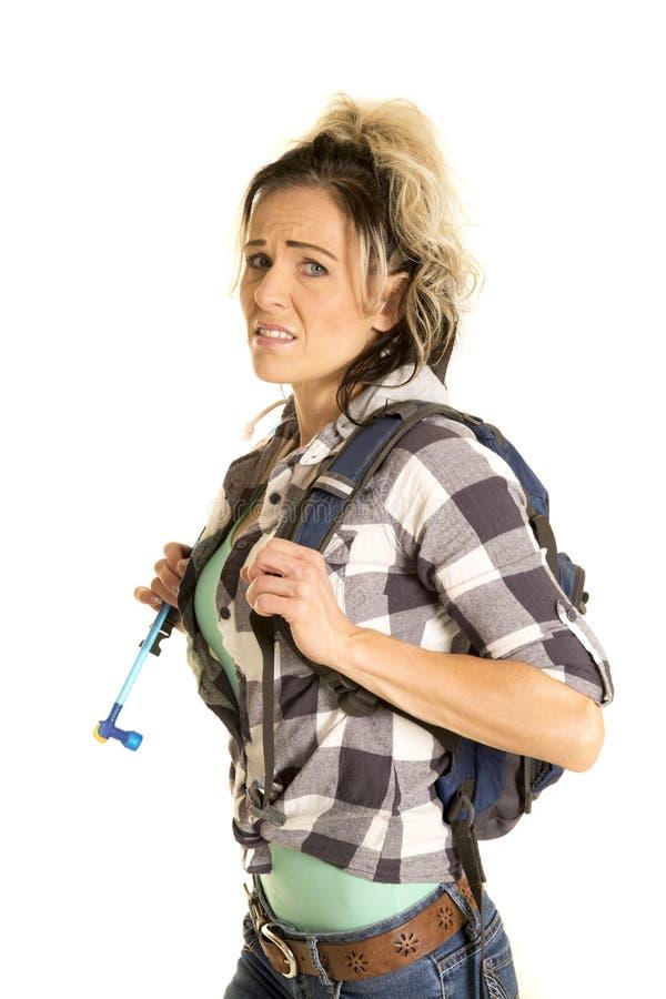 Kvinna som ser oroad med ryggsäcken på royaltyfri fotografi