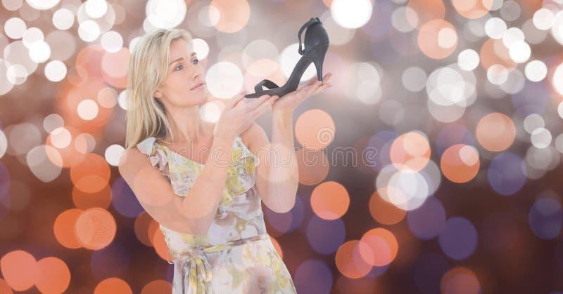 Kvinna som ser skodon över bokeh royaltyfri foto