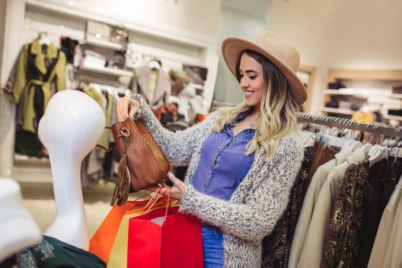 Kvinna som shoppar moderiktig kläder arkivfoto