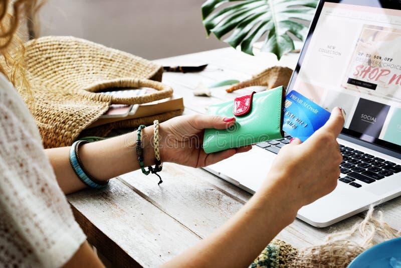 Kvinna som shoppar online-Websitedatorbegrepp royaltyfri bild