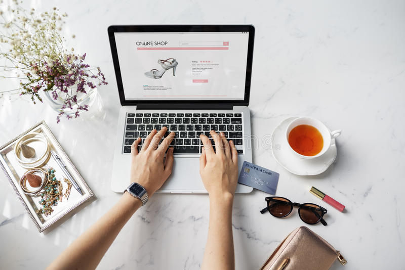 Kvinna som shoppar online-Websitekreditkortbegrepp fotografering för bildbyråer
