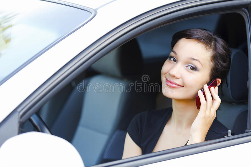 Kvinna som sitter i en bil royaltyfria bilder