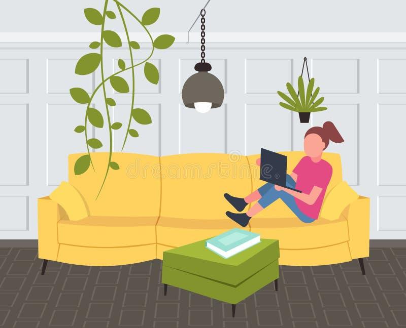 Kvinna som sitter på soffaflickan som framlänges använder designen för lägenhet för modern vardagsrum för bärbar dator den horiso stock illustrationer