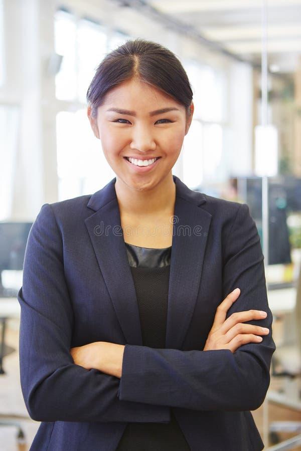 Kvinna som självsäker affärskvinna arkivbild