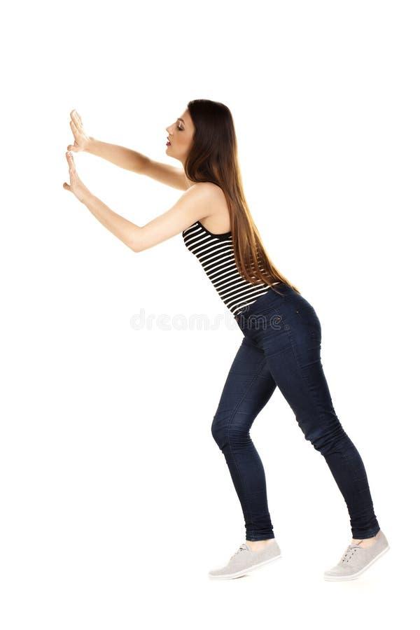 Kvinna som skjuter något som är imaginär royaltyfria bilder