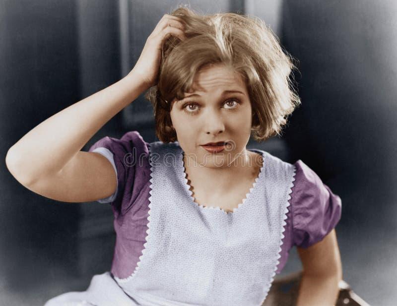 Kvinna som skrapar hennes huvud (alla visade personer inte är längre uppehälle, och inget gods finns Leverantörgarantier att det  royaltyfri foto