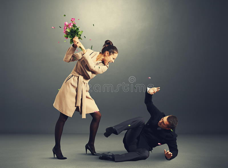Kvinna som skriker på den skrämda mannen arkivfoton