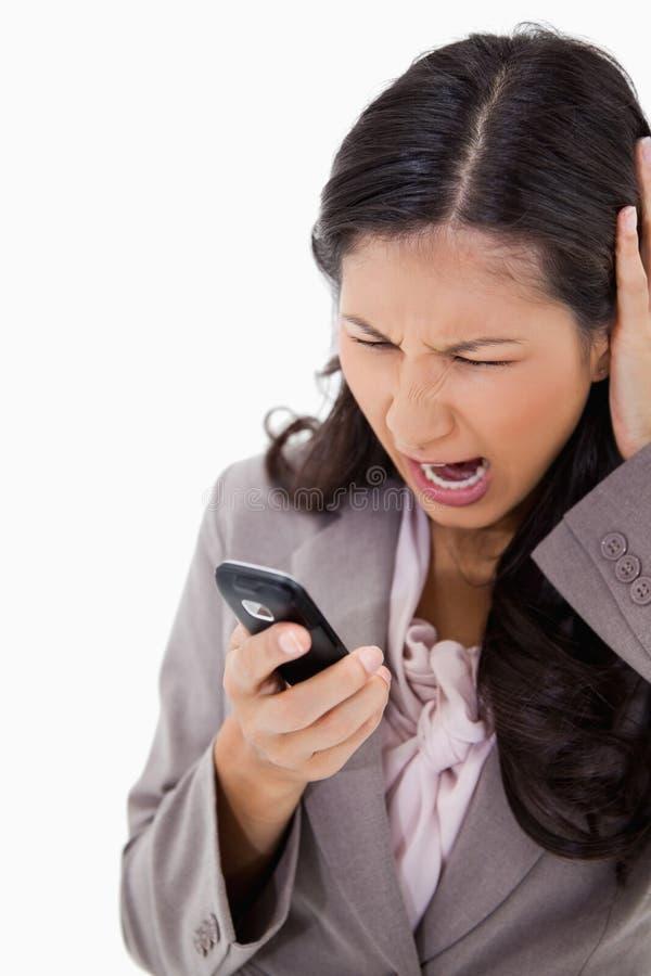 Kvinna som skriker på henne mobiltelefon royaltyfri bild