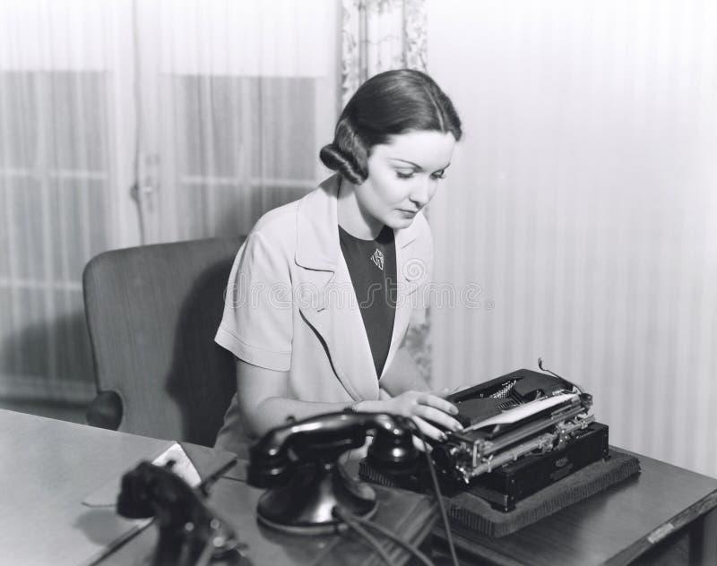 Kvinna som skriver en bokstav fotografering för bildbyråer