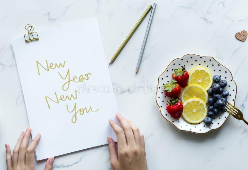 Kvinna som skriver nytt nytt år dig royaltyfri fotografi