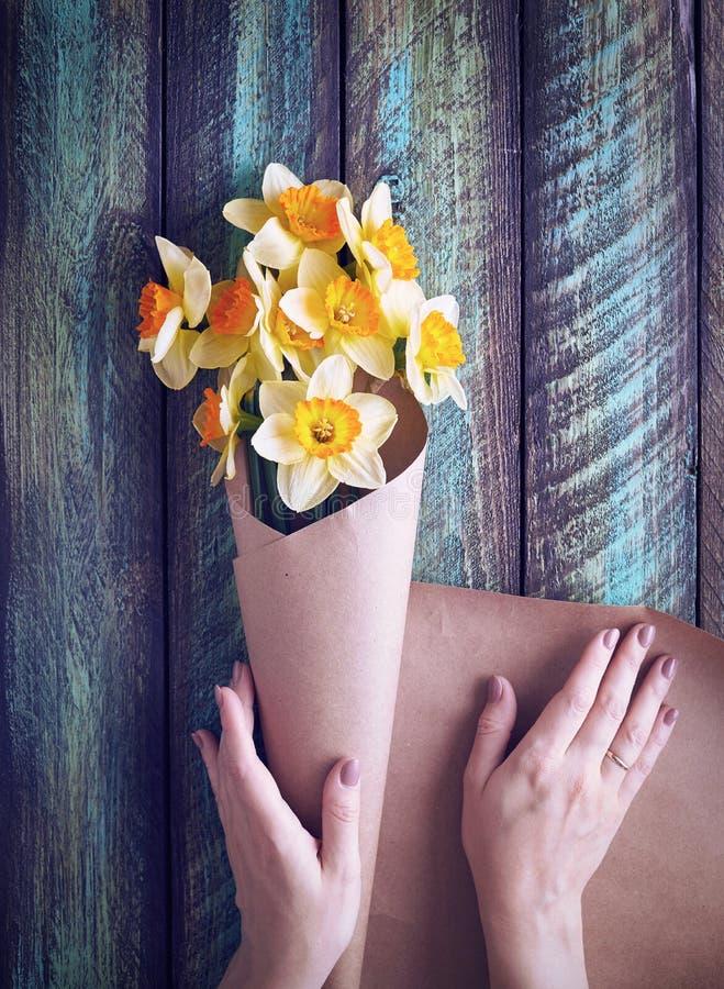 Kvinna som slår in blommor royaltyfri bild