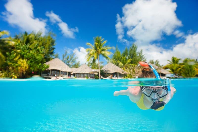 Kvinna som snorkeling royaltyfria bilder