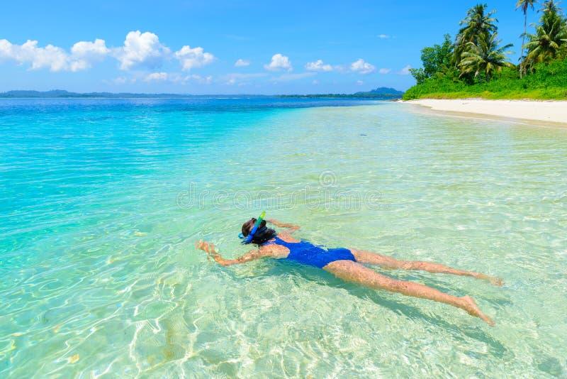 Kvinna som snorklar i det karibiska havet, turkosblått vatten, tropisk ö Indonesien Banyak ?ar Sumatra, turist- dyka lopp arkivbild