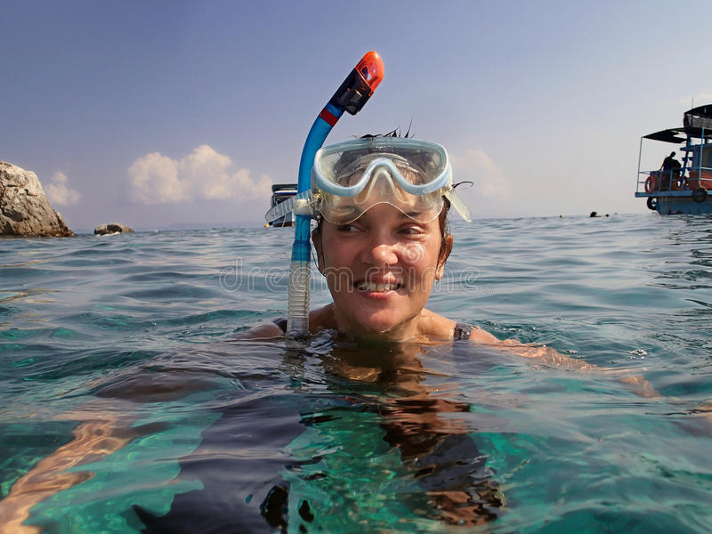 Kvinna som snorklar i havet royaltyfri foto