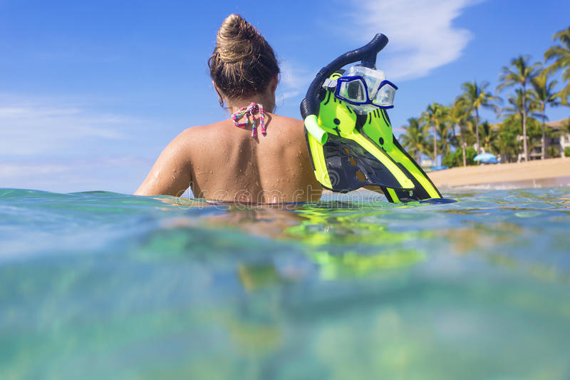 Kvinna som snorklar i havet på en tropisk ösemesterort fotografering för bildbyråer