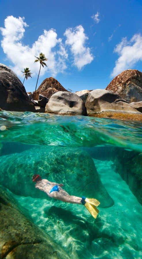 Kvinna som snorklar på tropiskt vatten royaltyfri bild
