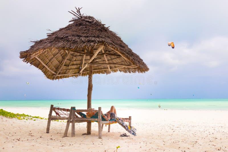 Kvinna som solbadar på den tropiska stranden fotografering för bildbyråer