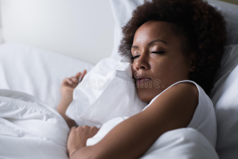 Kvinna som sovar i henne underlaget arkivfoto