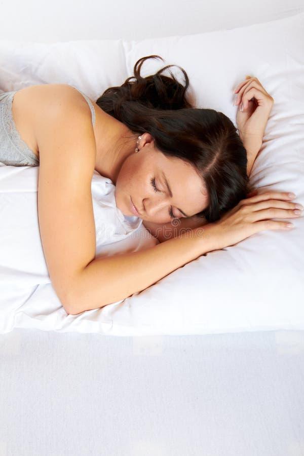 Kvinna som sovar i underlag arkivfoto