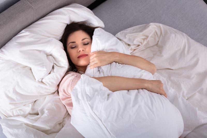 Kvinna som sover med kudden royaltyfri foto