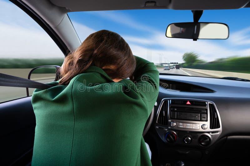 Kvinna som sover, medan resa med bilen royaltyfria foton