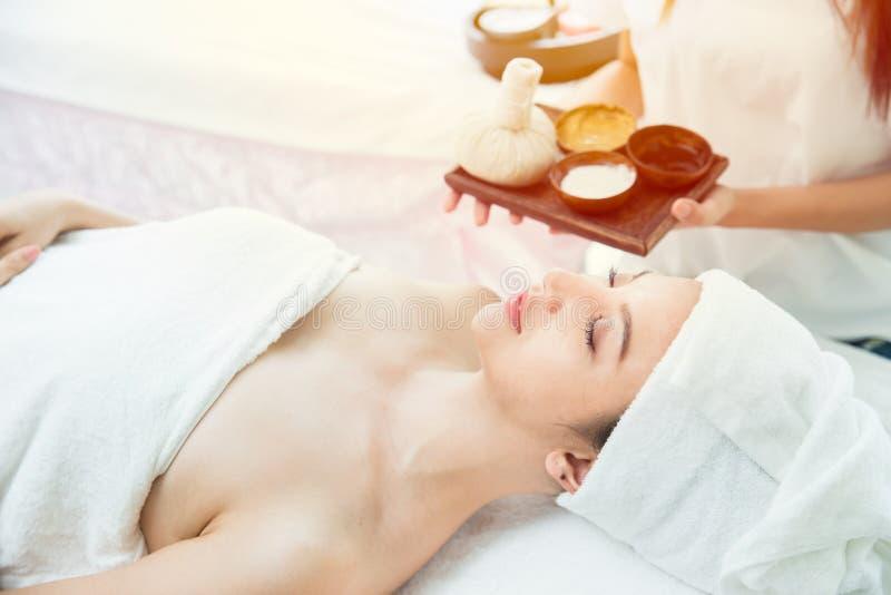 Kvinna som sover på brunnsorten med naturlig aromdoft arkivfoton
