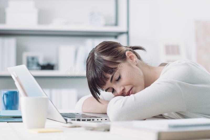 Kvinna som sover på jobbet royaltyfri foto