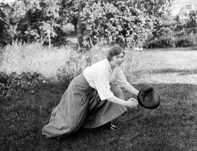 Kvinna som spelar baseball (alla visade personer inte är längre uppehälle, och inget gods finns Leverantörgarantier att det ska f fotografering för bildbyråer