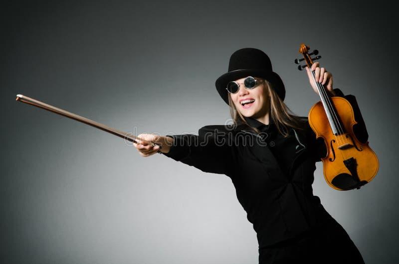 Kvinna som spelar den klassiska fiolen i musikbegrepp royaltyfria bilder