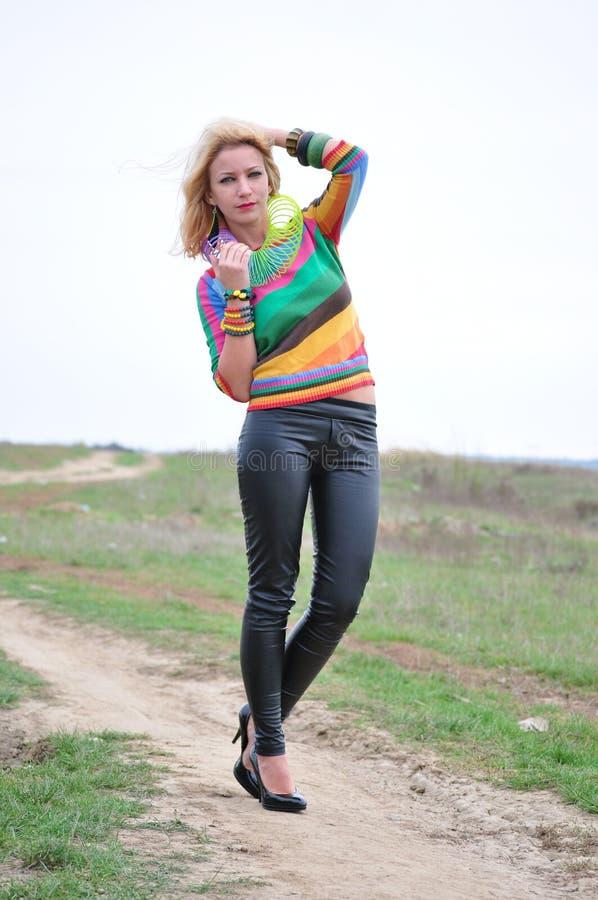 Kvinna som spelar med den färgrika plast- våren arkivbilder
