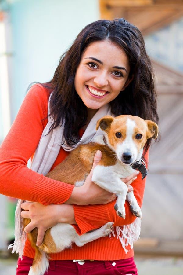 Kvinna som spelar med husdjuret arkivbilder