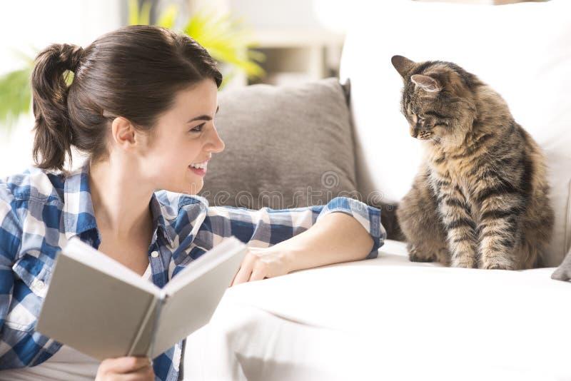 Kvinna som spelar med katten royaltyfria foton