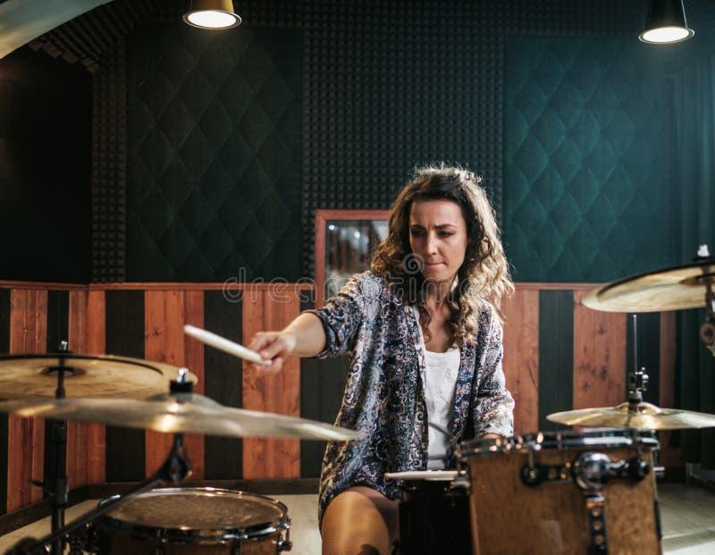 Kvinna som spelar valsar under musikmusikbandrepetition royaltyfri bild