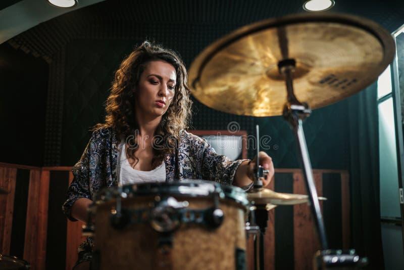 Kvinna som spelar valsar under musikmusikbandrepetition arkivfoto
