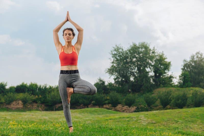 Kvinna som stänger henne ögon och andas göra långsamt yoga royaltyfria foton