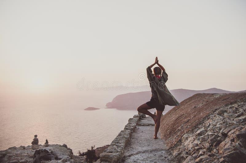 Kvinna som står och mediterar i Monolithos, Rhodes, Grekland arkivfoton