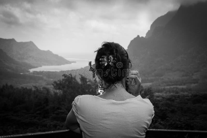 Kvinna som stirrar meditatively in i avståndet fotografering för bildbyråer