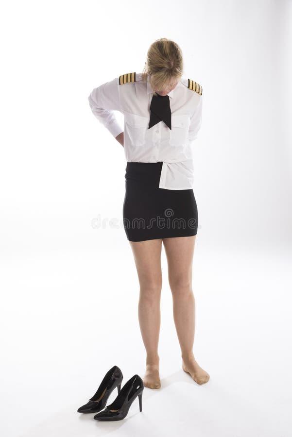 Kvinna som stoppar om hennes skjorta fotografering för bildbyråer