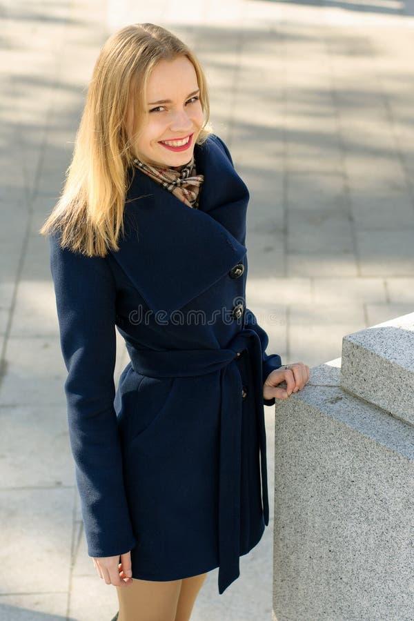 Kvinna som stoppas i gatan och posera royaltyfria foton