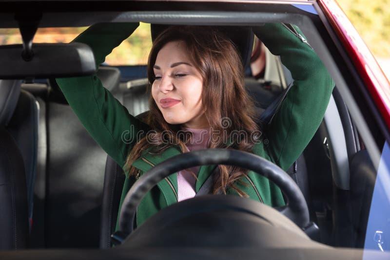 Kvinna som str?cker hennes armar i bil arkivbilder
